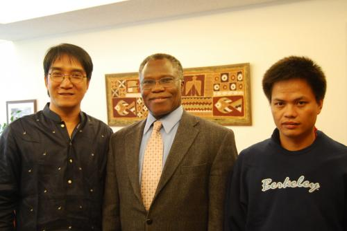 The Rev. Dr Samuel Kobia, WCC Secretary General, takes time out for a snapshot with Pastor Berlin Guerrero and Raymond Manalo (Juan Michel/World Council of Churches)